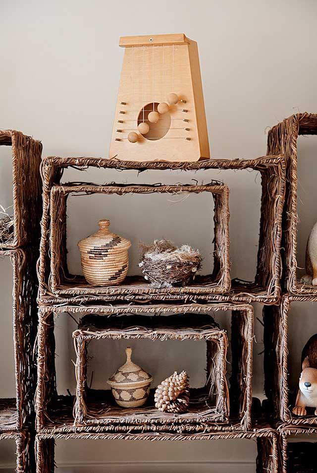 detalle mueble hecho con cestos