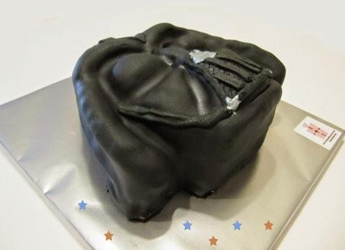 Presentación pastel fondant de Darth Vader