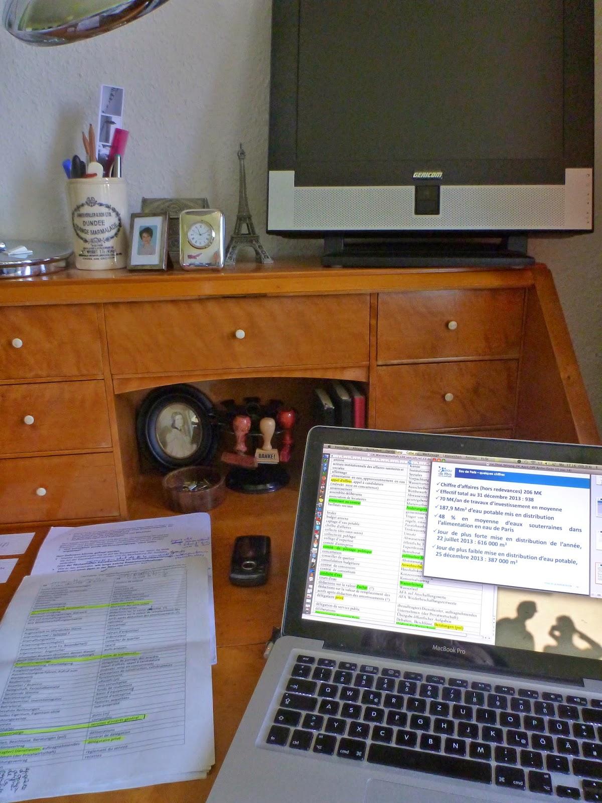 Blick auf den Sekretär mit Vokabellisten, Vortragsfolien, Notizen, Handy und Stempelkarussell