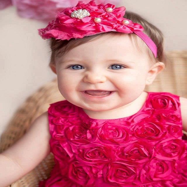 bébé mimi vêtue d'une très belle robe rose