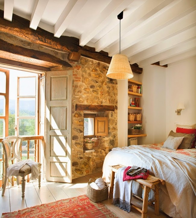 wnętrza, styl rustykalny, styl wiejski, kamienna ściana, stare meble, antyki, drewniane belki, białe wnętrza, sypialnia, łóżko