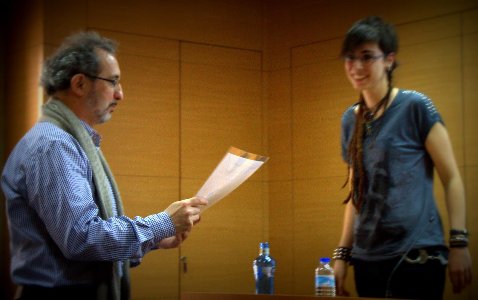 Ferran d'Armengol recollint la portada signada per la Txell Ozcariz