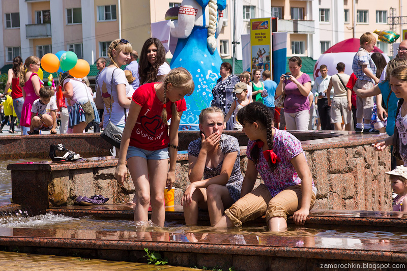 Купание в фонтанах. День города в Саранске