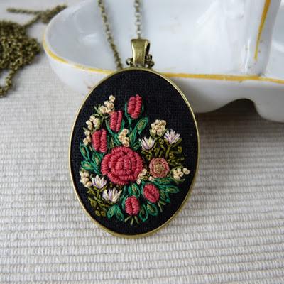 haft rococo, embroidered pendant, haftowane róże, haftowany naszyjnik, naszyjnik z haftem, embroidered jewerly, naszyjnik vintage, medalion z haftem, handmade jewerly, embroidered necklace, vintage jewerly, biżuteria retro, haft na lnie