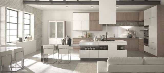 Cuisine design avec îlot. Façades de cuisine blanches et bois. Cuisine moderne avec coin repas.