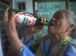 nenek minum miras minuman keras