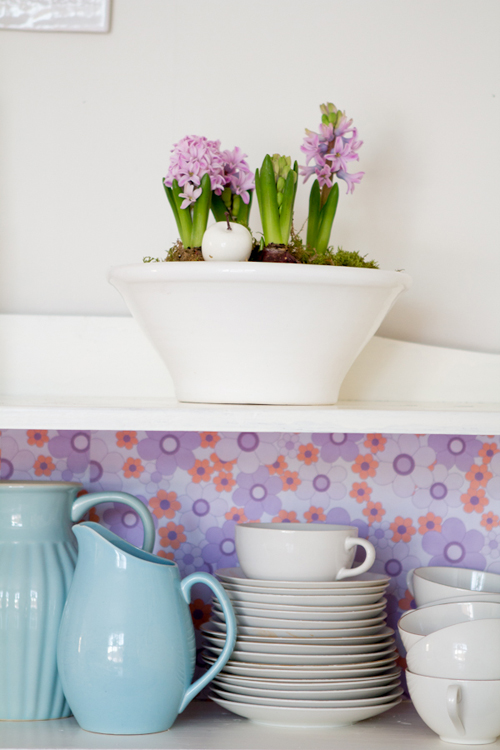 Hyacinths+and+Jugs+DIY+Dresser+backing+with+vintage+floral+wallpaper+from+Ha%25CC%2588rligt+hemma DIY Dresser with Vintage Floral Wallpaper