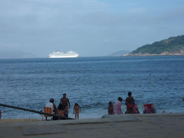 Um dos muitos navios de cruzeiros que passa a todo instante pelo local.