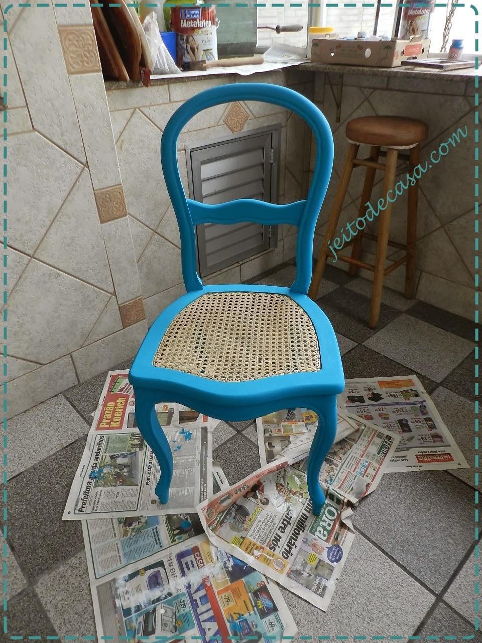 cadeira pintada de azul turquesa