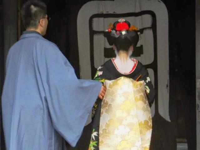 お茶屋、富美代さんはいま塗り替え中だった。