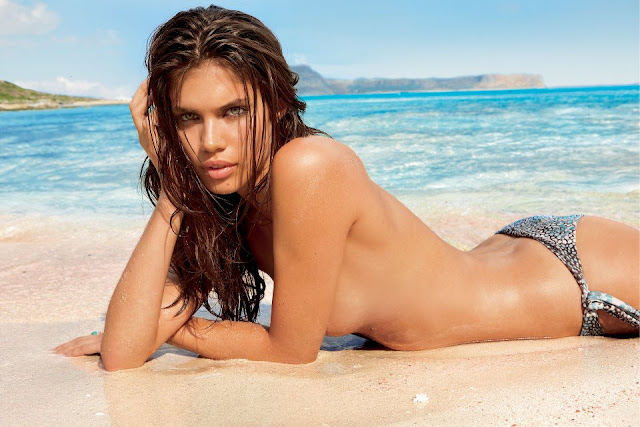 Sara Sampaio em bikini