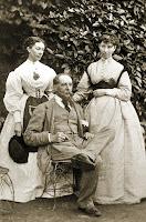 Charles Dickens junto a sus hijas Mary 'Mamie' y Kate