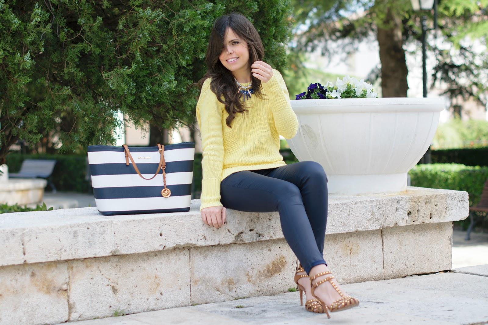 Look estilo navy amarillo y azul marino
