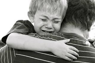 niño llorando la muerte de su padre
