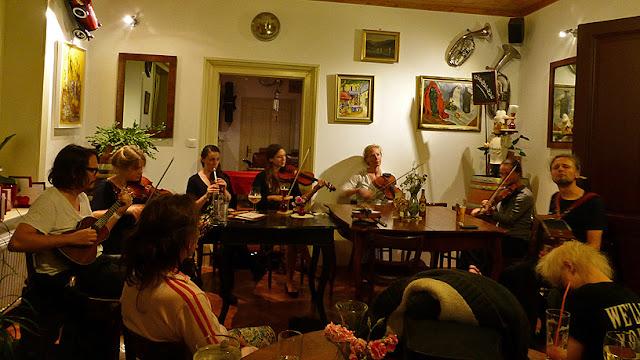Musique folk jusqu'au bout de la nuit chez Pierre / photo S. Mazars