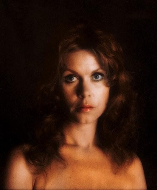 elizabeth-motgomery-topless-pictures