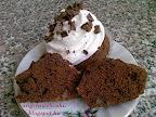 Csokoládés áfonyás muffin, tejtermék mentes sütemény, dióval és vörös áfonyával töltve, tejszínhabbal valamint csokidarabkákkal díszítve.