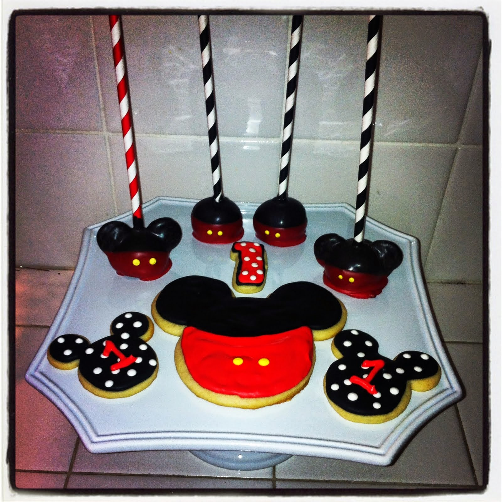 MICKEY MOUSE COOKIES & CAKE POPS