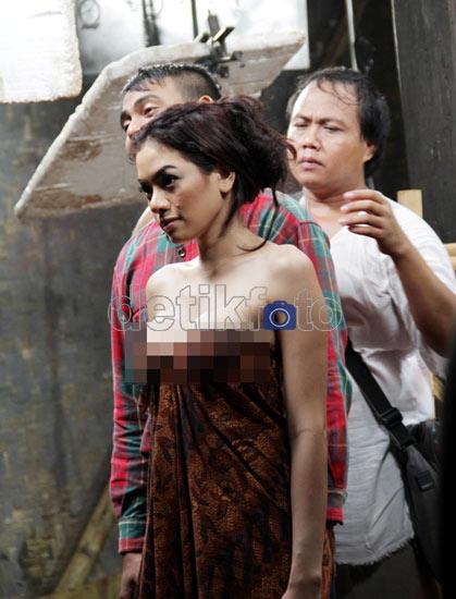 Foto Video Adegan Mandi Nikita Mirzani Film Nenek Gayung Hot
