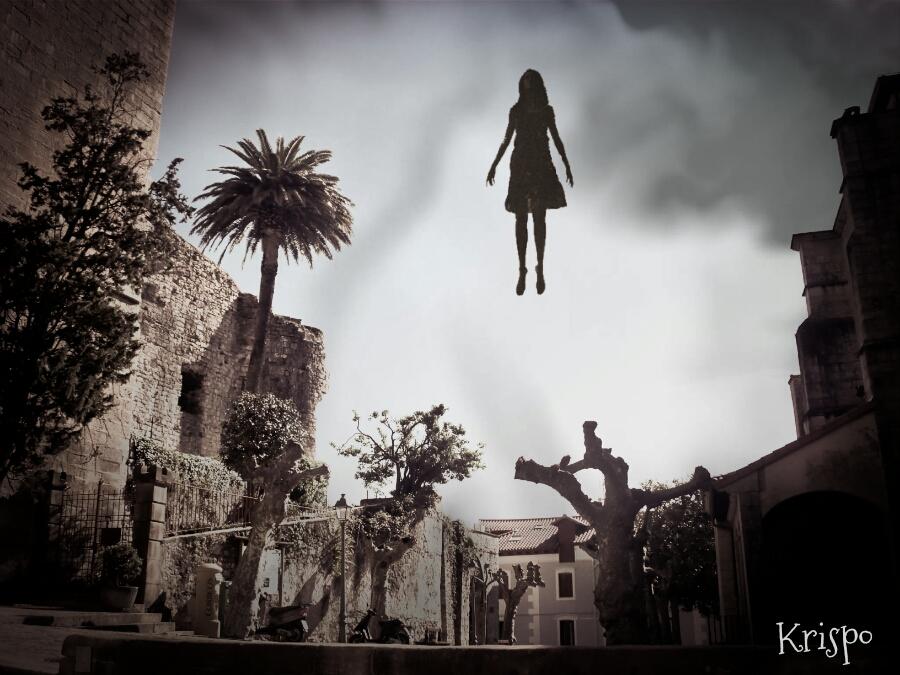 mujer subiendo al cielo levitando