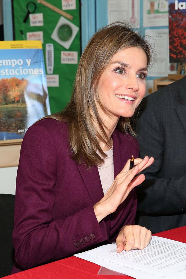 endant que le Roi Felipe était à l'IIE , la Reine Letizia a visité une école d'Harlem. Ensuite, le Roi Felipe et la Reine Letizia ont déjeuné avec des scientifiques espagnols travaillant aux Etats-Unis.