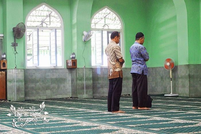 Sholat di Masjid Syuhada