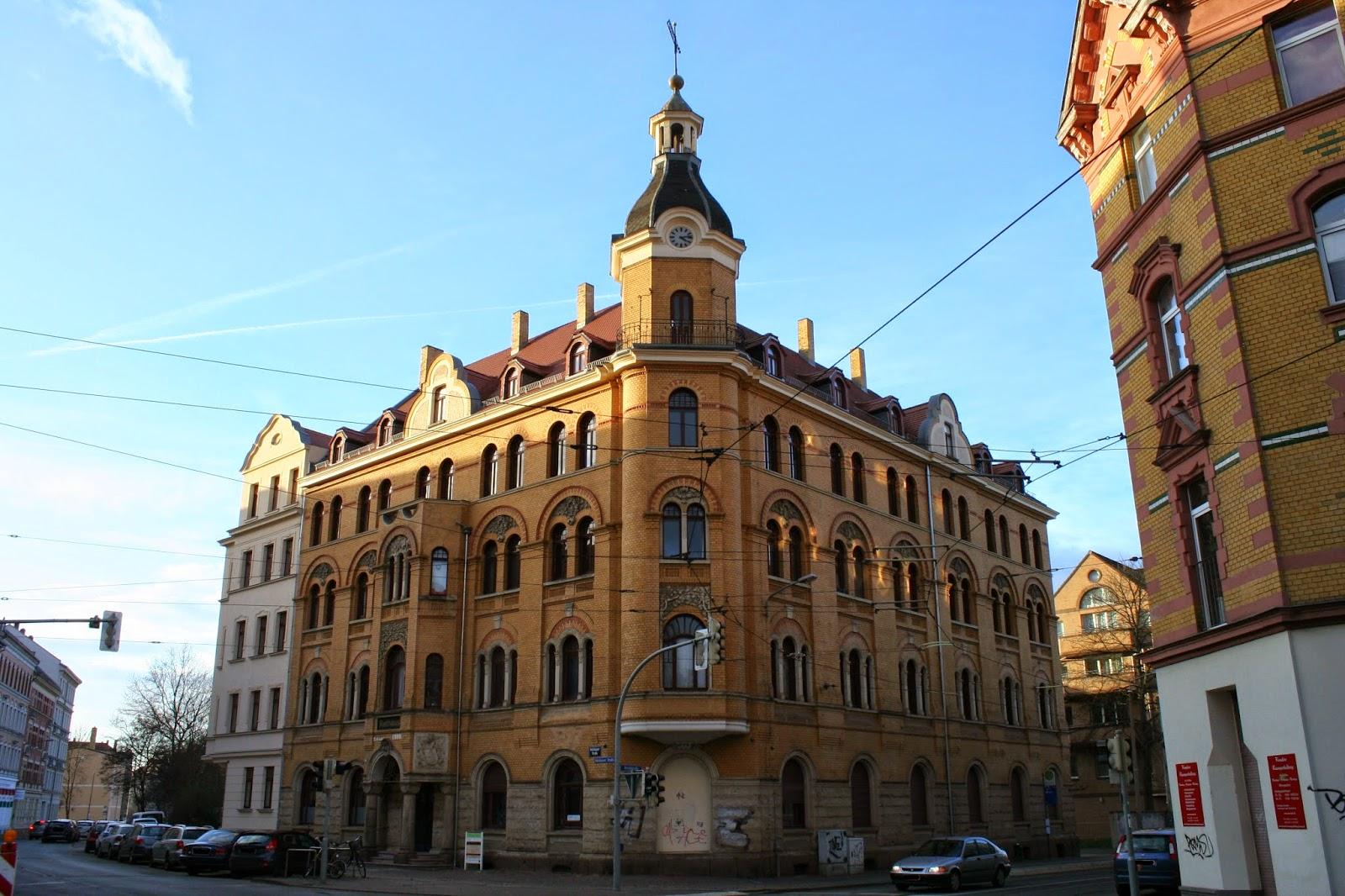 Das ehemalige Rathaus Stötteritz im gleichnamigen Stadtteil wurde 1900, wie schon das Schild am Gebäude selbst verrät, eingeweiht und befindet sich an der Holzhäuser Straße 65