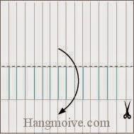 Bước 6: Lấy kéo, hoặc dao lam cắt tờ giấy thành nhiều miếng nhỏ ở giữa, rồi gấp đôi tờ giấy lại theo chiều từ trên xuống dưới.