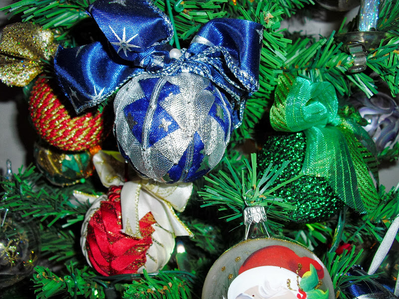 Creativa per gioco e per passione palline per l 39 albero rivestite di nastri natalizi tutorial - Nastri decorativi natalizi ...