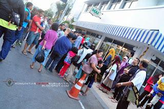 Bagi takjil Komunitas CB150R Surabaya bersama komunitas tunjungan ikon surabaya