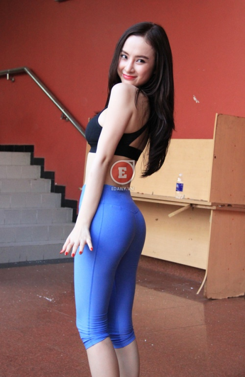 Ảnh Angela Phương trình mặc quần bó lộ khe mu 7