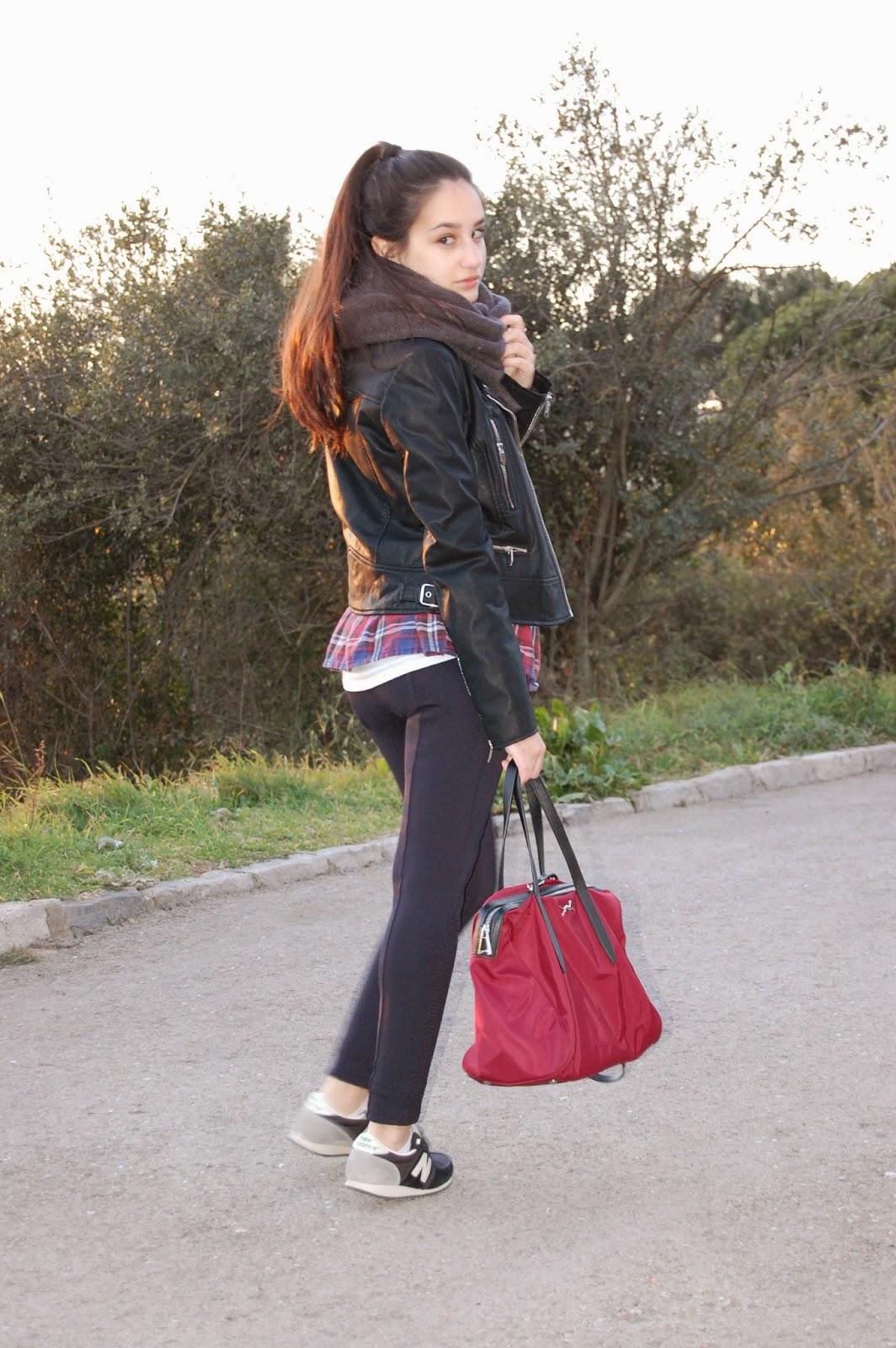 cazadora negra zara, bufanda gris zara, camisa quadros mango, leggins azul marino zara, zapatos negros new balance, bolso bimbaylola