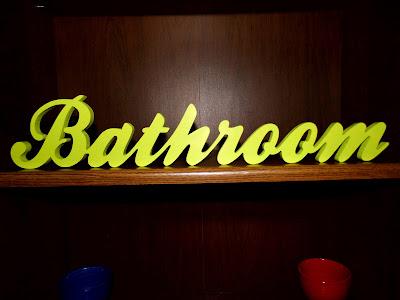 drewniany-napis-Bathroom-seledyn.jpg