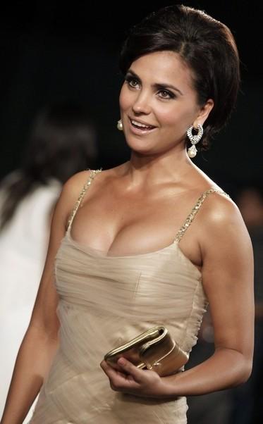 Bollywood Actress Lara Dutta Hot Cleavage S At Iifa Awards