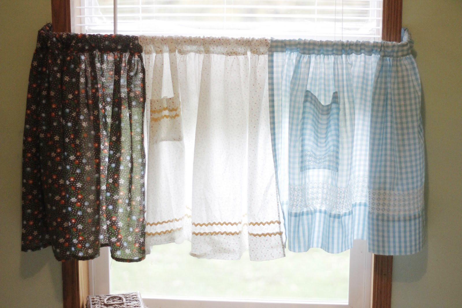 Mini curtain rods - My Curtains Are Made From Vintage Aprons This Is A Super Easy Project All You Have To Do Is Cut The Little Straps Off And Slide Them Onto A Curtain Rod