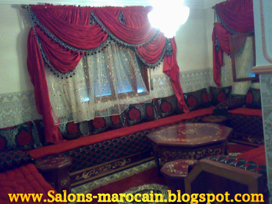 belle rideaux marocain sur le salon marocain les couleurs sont le rouge et le noir - Canape Marocain Rouge