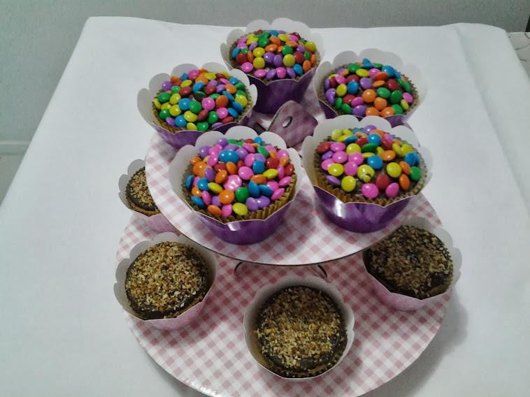 Cupcakes ( Nutella com confeti) e ( Ganache com menta e farofa de castanha)