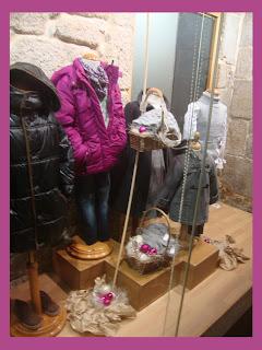 Escaparate de Navidad en la tienda de ropa y moda Merceditas
