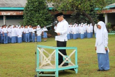 Ir H. Chaidir Ritonga,MM pada upacara bendera di halaman SMA Negeri 3 P.Sidimpuan  Senin (10/9).