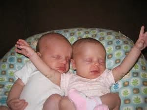 foto bayi kembar tidur