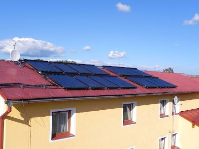 Montáž vakuových trubicových solárních kolektorů na hotelu ve Skalné