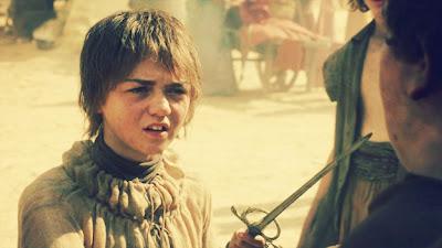 Arya amenaza a unos chicos con aguja - Juego de Tronos en los siete reinos