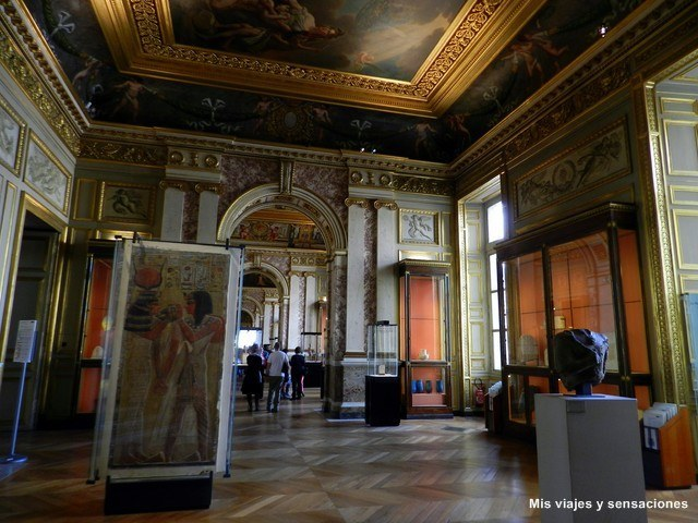 Sala antigüedades egipcias del Museo del Louvre, París