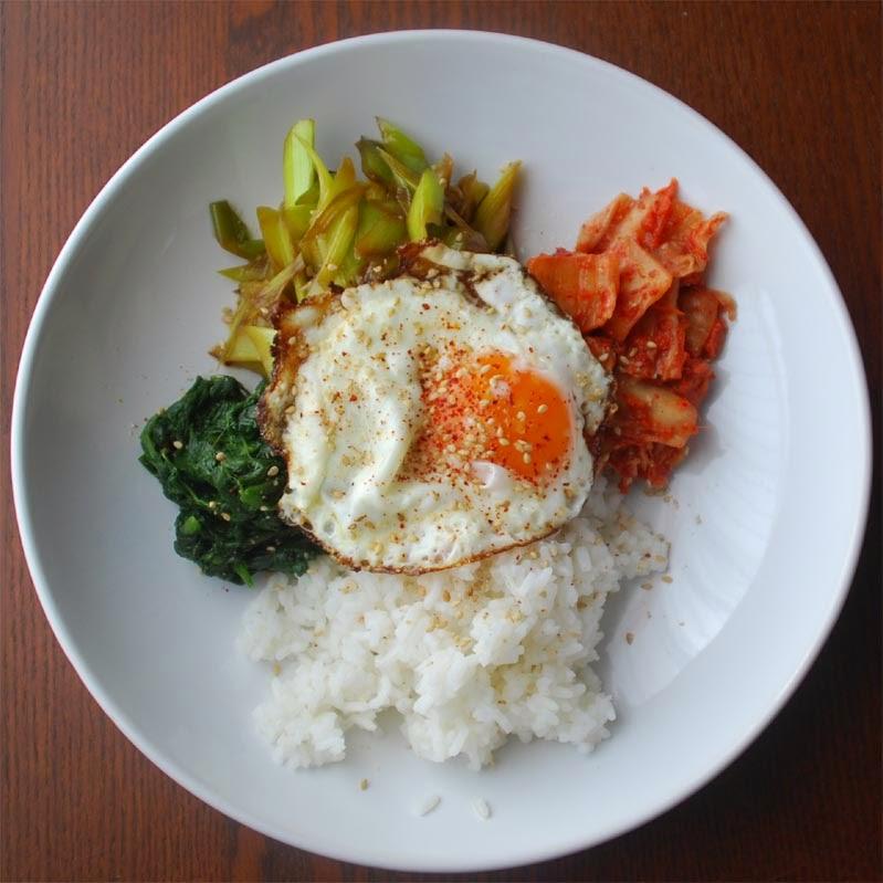 Kimchi, Spinat, Breitlauch, Reis, Spiegelei, Sesam, Gochugaru
