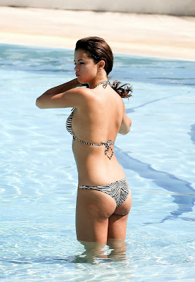 Selena Gomez shows off bikini body while vacation in Miami