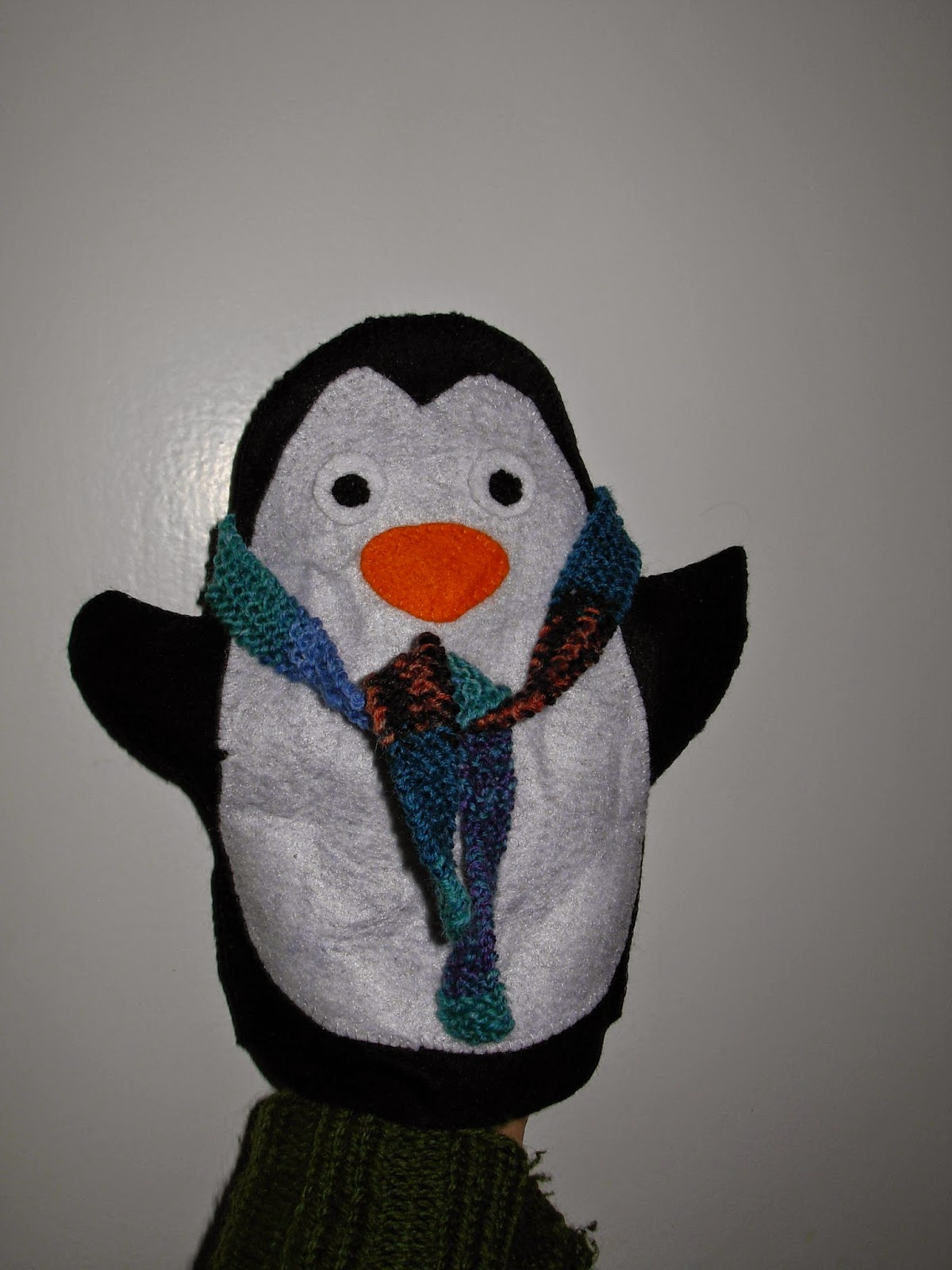 selbst gemachte Handpuppe zum Thema Pinguin
