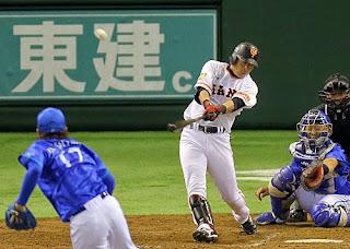 巨人対DeNA 4回裏、右越え2点本塁打を放つ亀井。投手三嶋(撮影・松本俊)