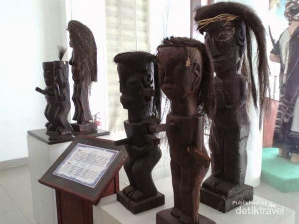 Beberapa patung kayu di Museum Batak di Balige