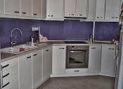 κουζινα με τεχνητο δρυς και γυαλι