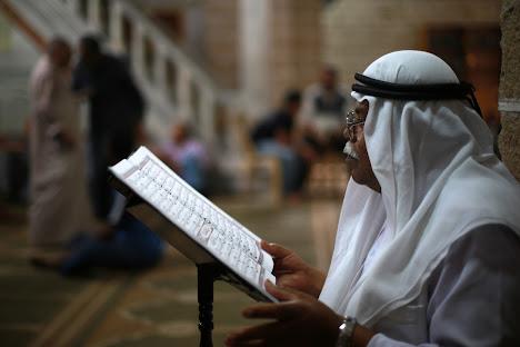 pria membaca ayat-ayat Al-Qur'an